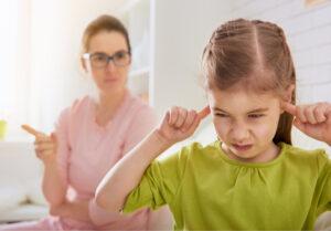 Kokią žinutę vaikas siunčia tėvams, kai šaukia, mušasi, nesikalba, užsidaro savo kambaryje, keikiasi, įžeidinėja